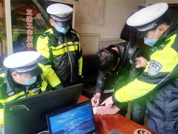 3月8日沧州交警正在处理一起酒驾交通违法.jpg