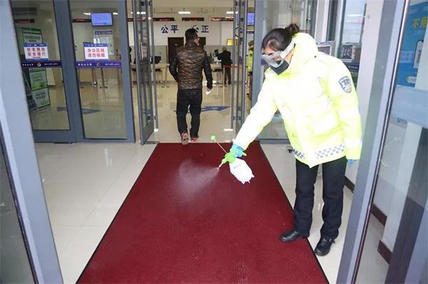 秦皇岛交警正在对服务办事大厅消毒.jpg