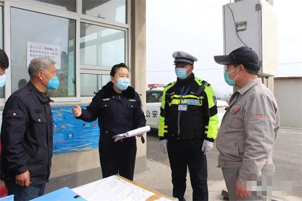 邯郸交警进企业了解复工复产交通服务需求.jpg