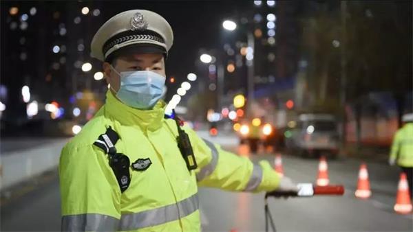 3月5日保定交警正在夜查酒驾.jpg