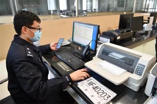 保定车管所工作人员正在办理临牌业务.jpg